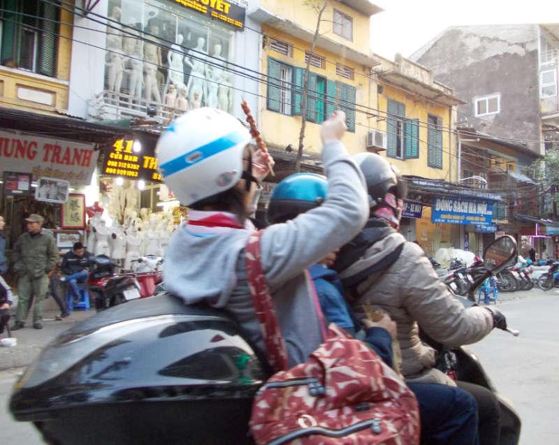 Auf dem Motorrad wird auch gegessen!